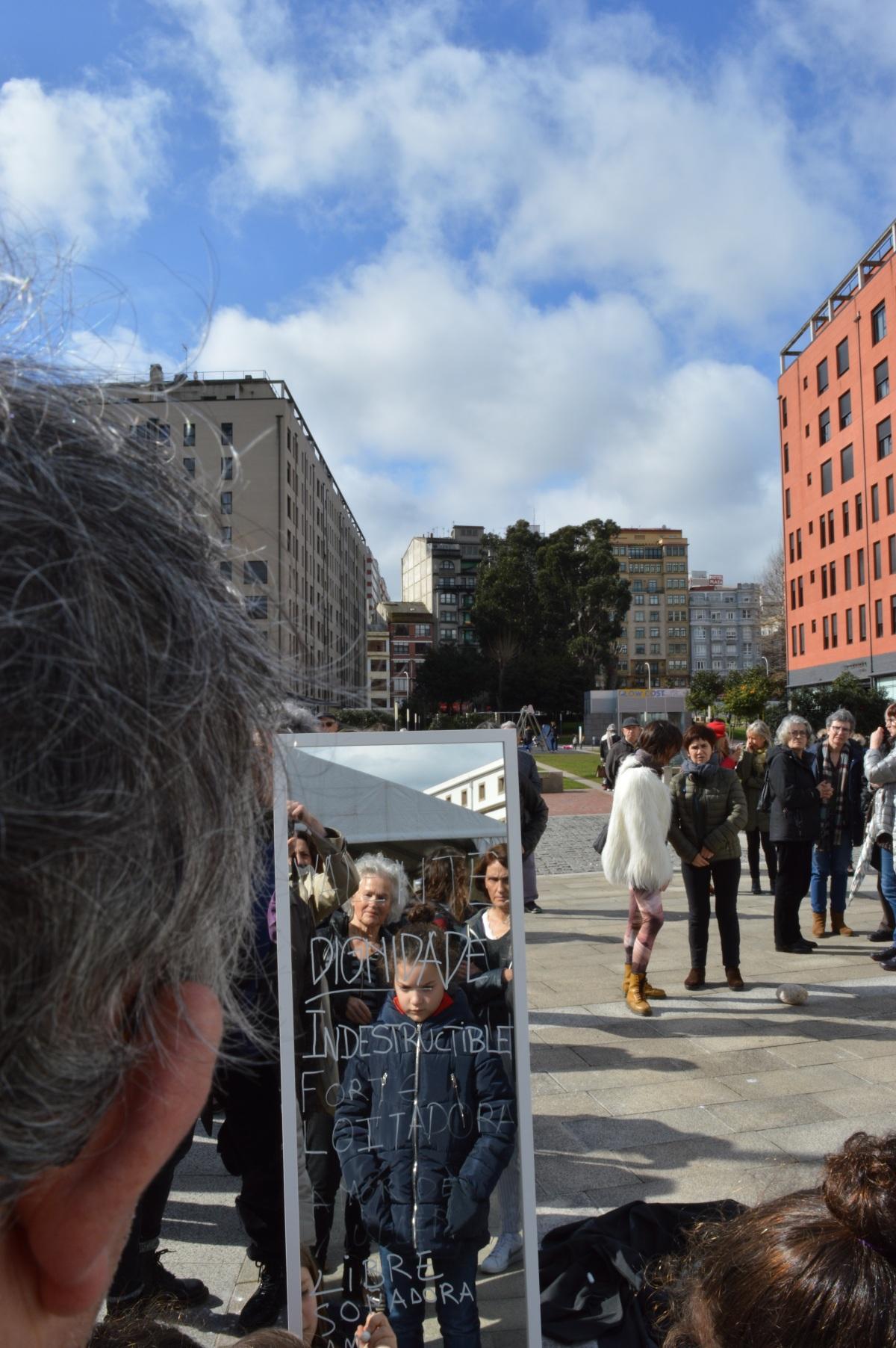 No remate do roteiro as mulleres e nenas participantes deixáronlles mensaxes nun espello ás mulleres que no pasado construíron o que hoxe é a cidade da Coruña
