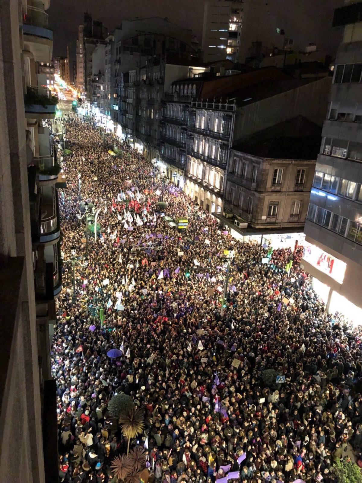 Milleiros de persoas, na manifestación do serán deste 8M en Vigo