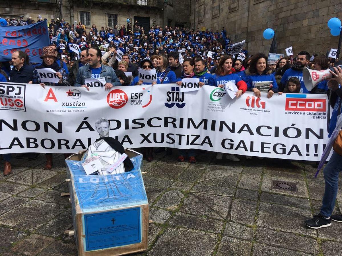 Protesta contra Alfonso Rueda na praza da Quintana