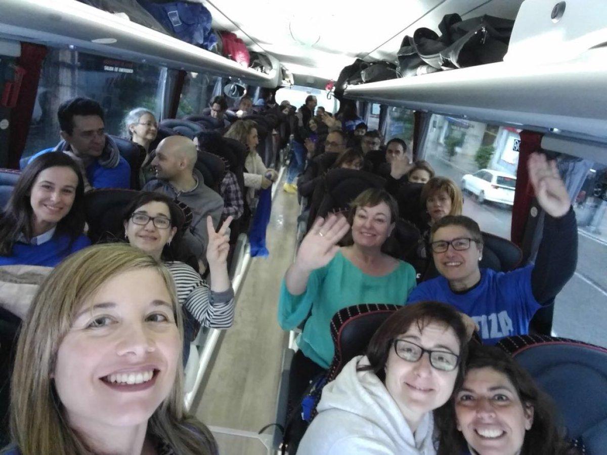 Manifestantes desprazándose en autobús cara a Santiago