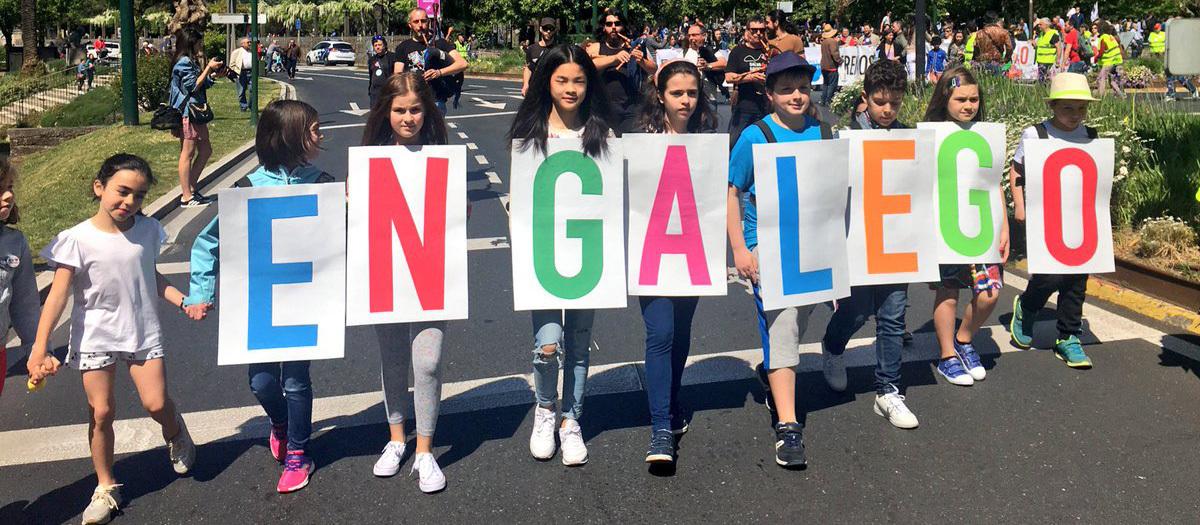 Nenas e nenos na cabeceira da manifestación