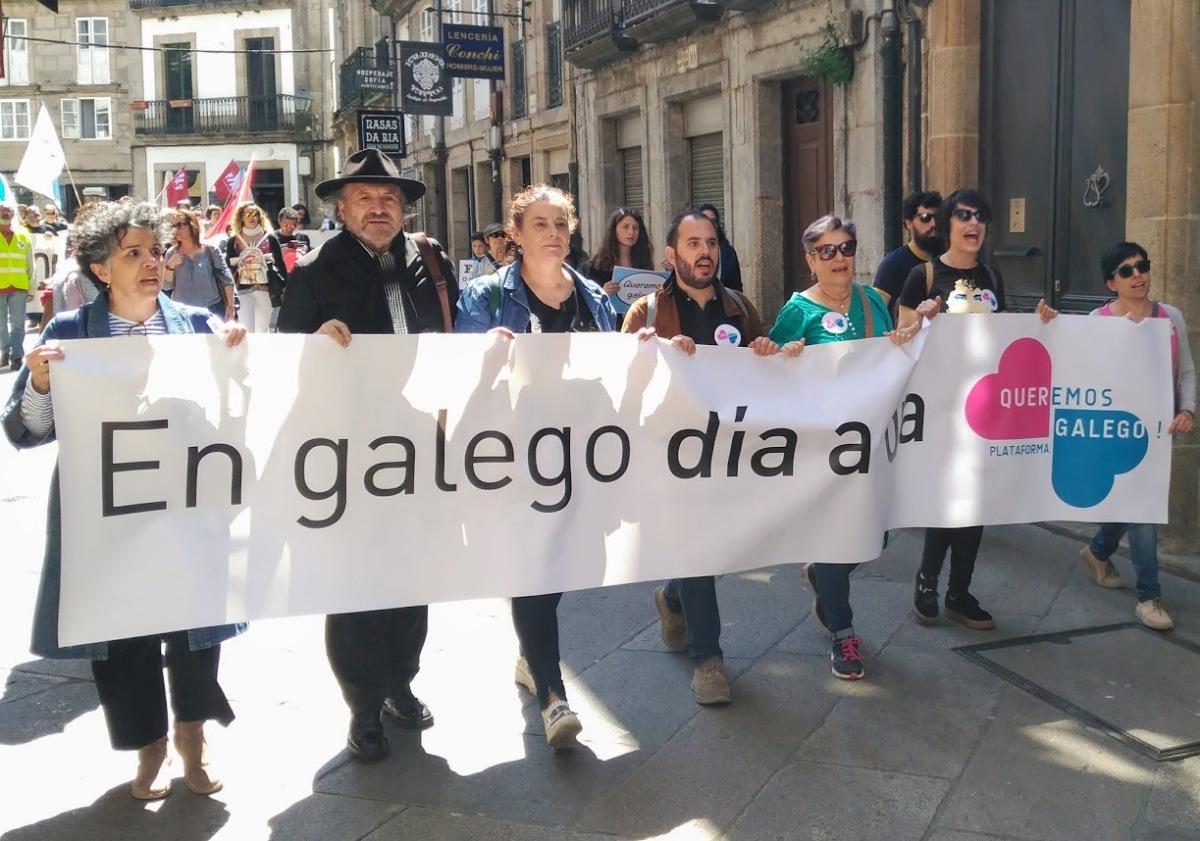Participantes na lectura do manifesto final, durante a manifestación