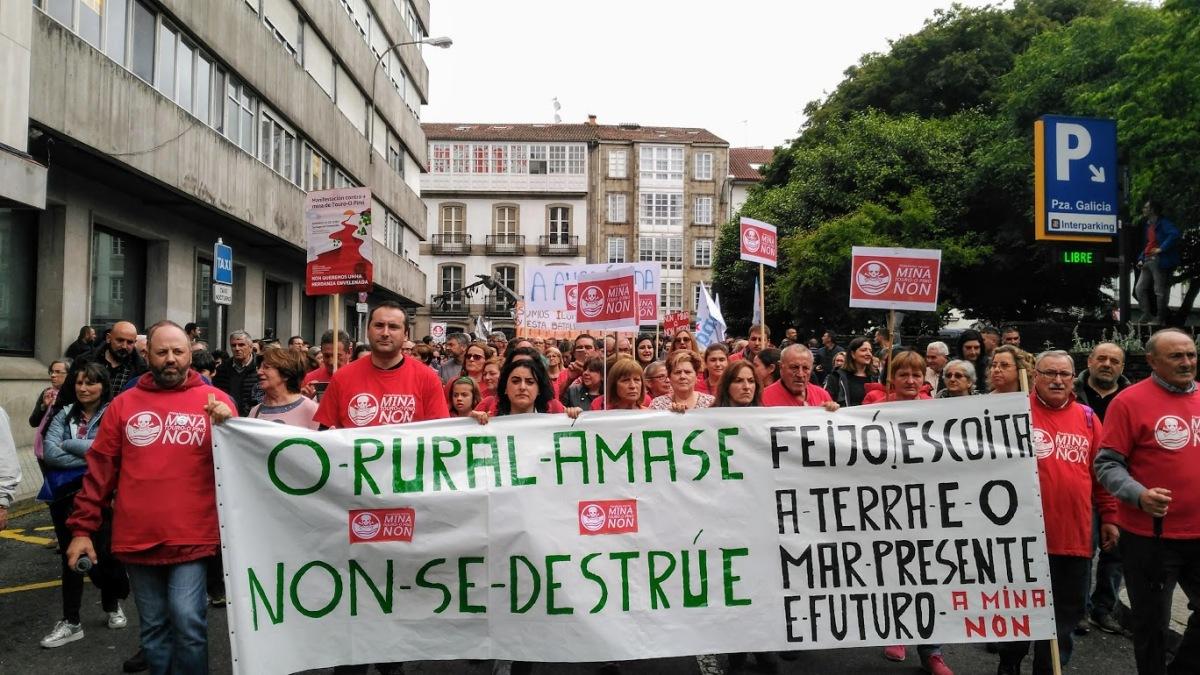 Participantes na manifestación contra a mina de Touro e O Pino