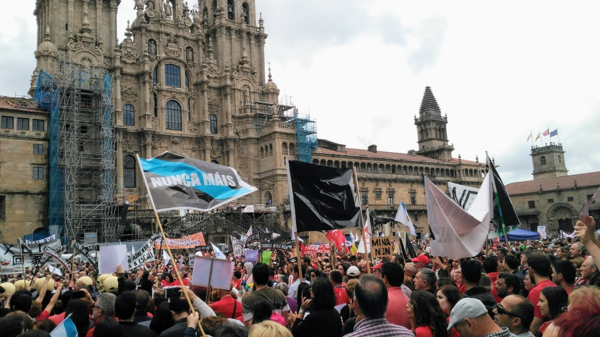 A bandeira de Nunca Máis volveu ao Obradoiro