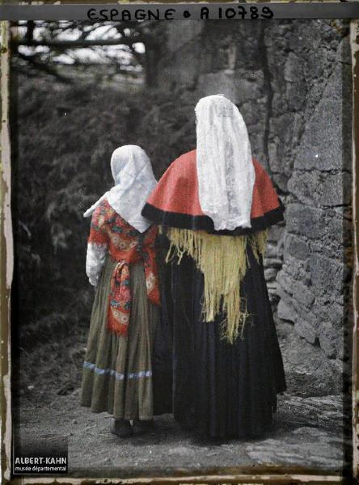 Muller e nena co traxe tradicional, entre Santiago e Padrón (1917)