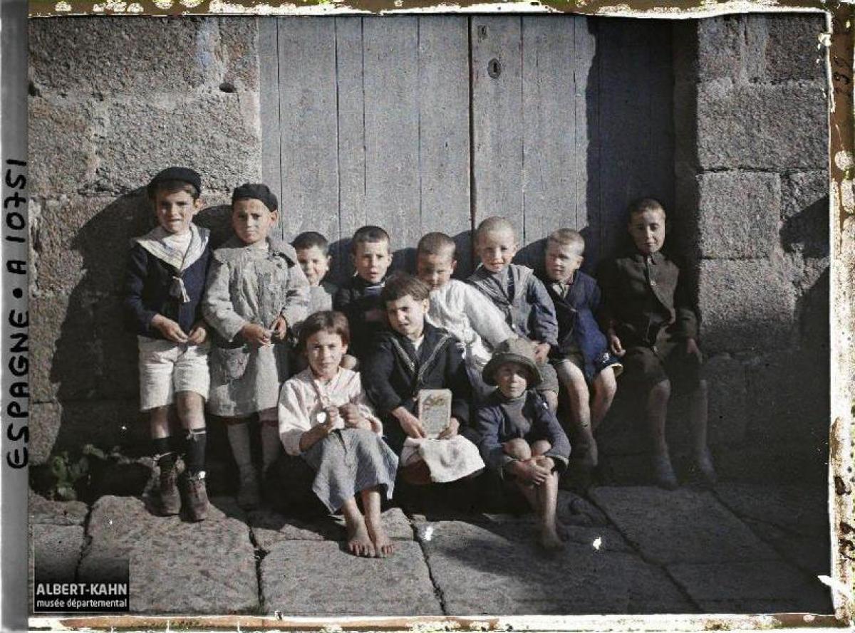 """Grupo de rapaces e rapazas """"co pelo loiro e os ollos azuis"""" na Coruña (1917)"""