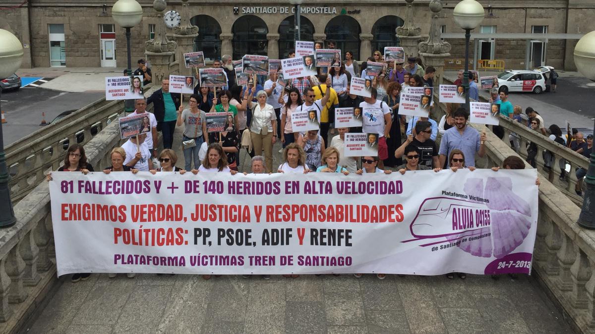 Inicio da manifestación das vítimas de Angrois ante a estación ferroviaria de Santiago