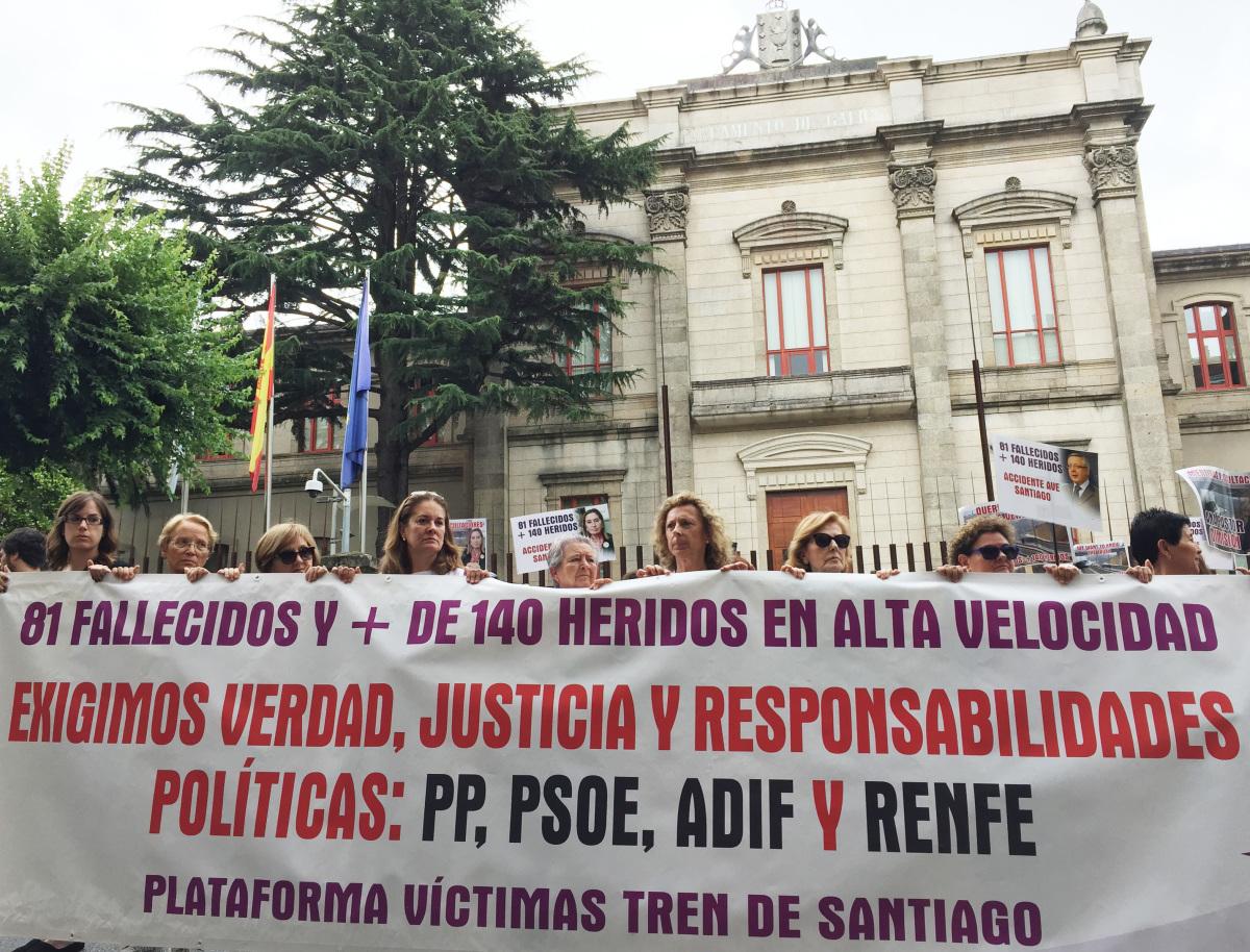 A manifestación das vítimas do accidente de Angrois, ante o Parlamento