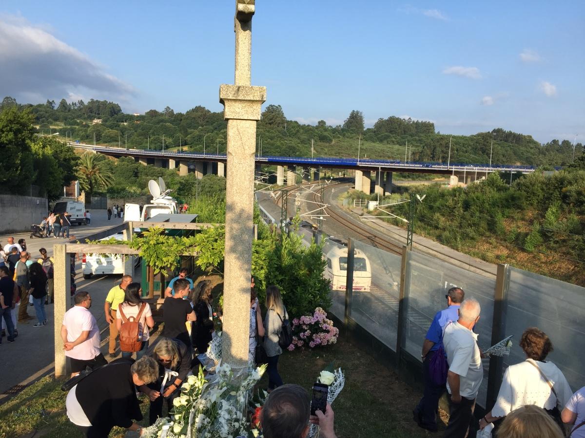 Ofrena floral no cruceiro de Angrois ao paso dun tren no quinto aniversario do accidente