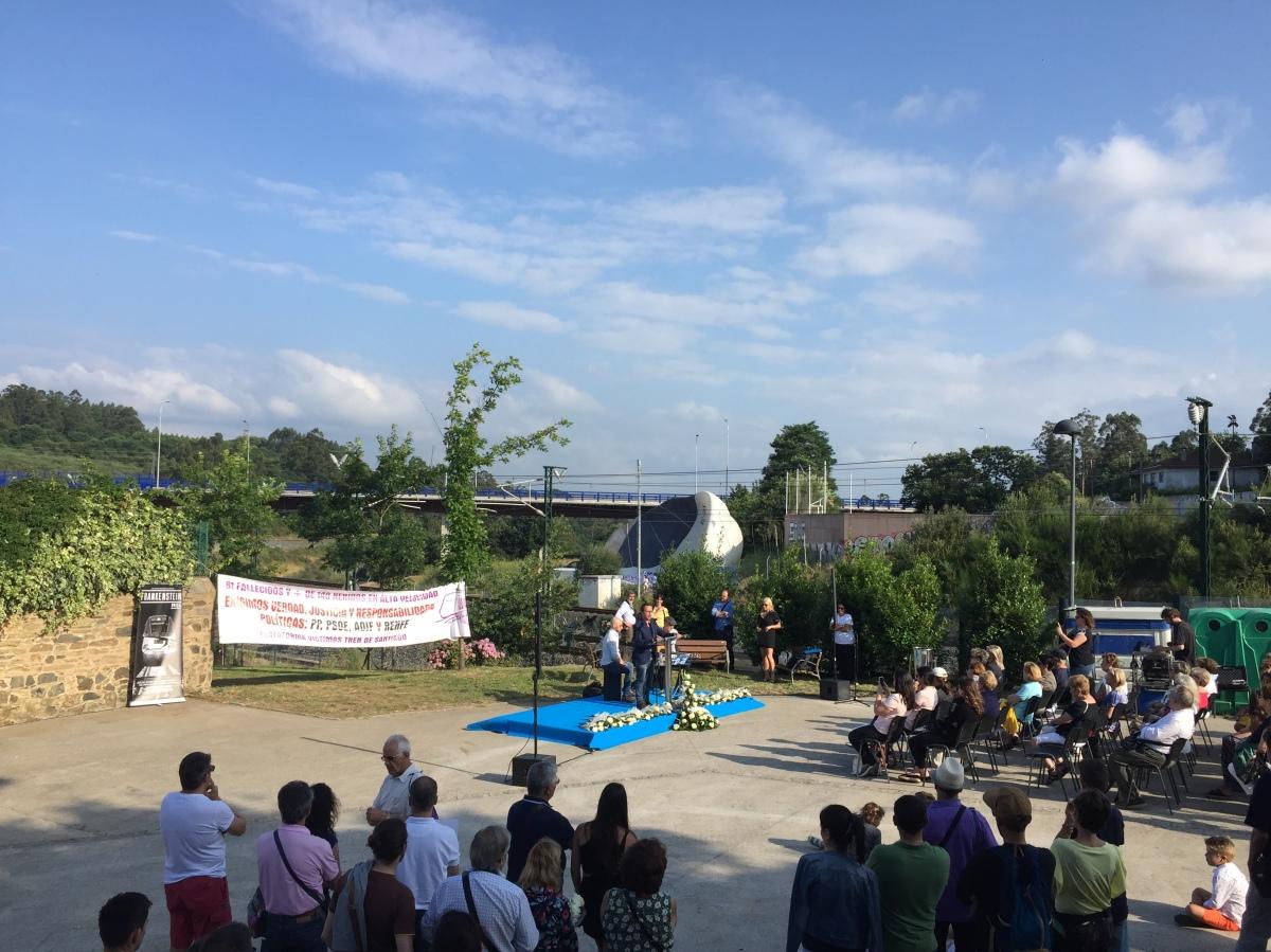 Acto en Angrois co intento frustrado, ao fondo da imaxe, de despregar un globo aerostático cunha pancarta reivindicativa