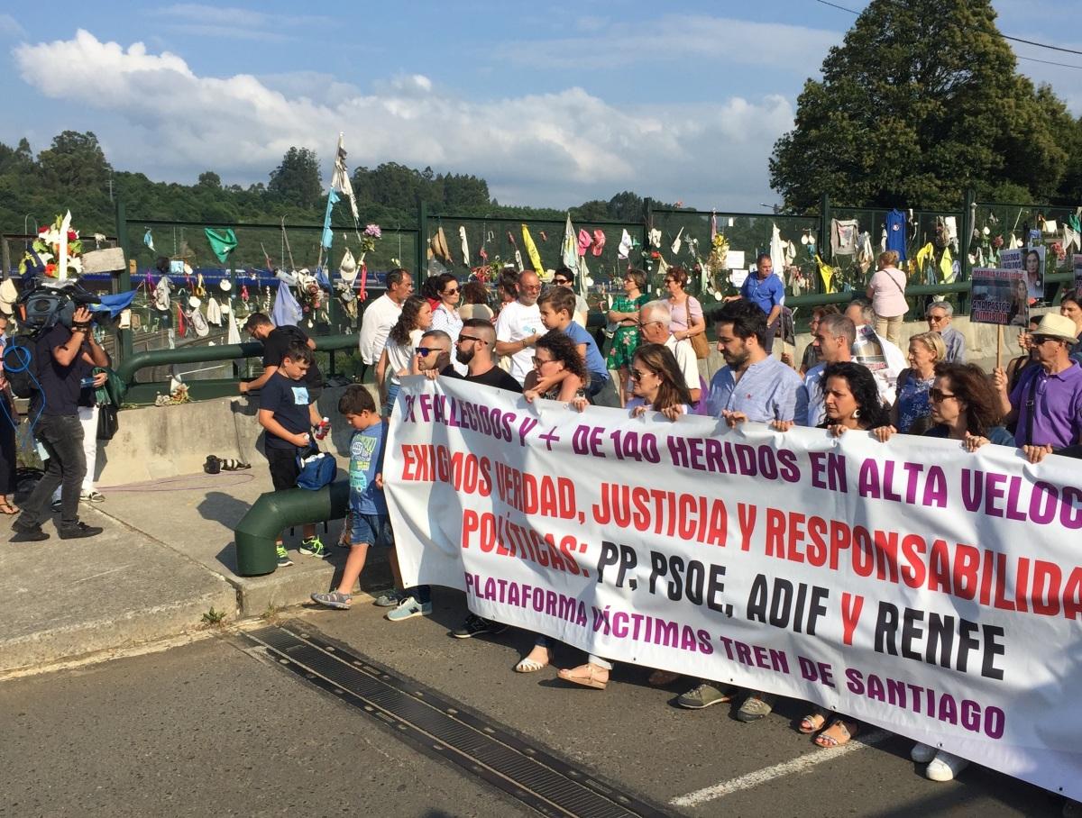 Chegada das vítimas á curva de Angrois no quinto aniversario do accidente